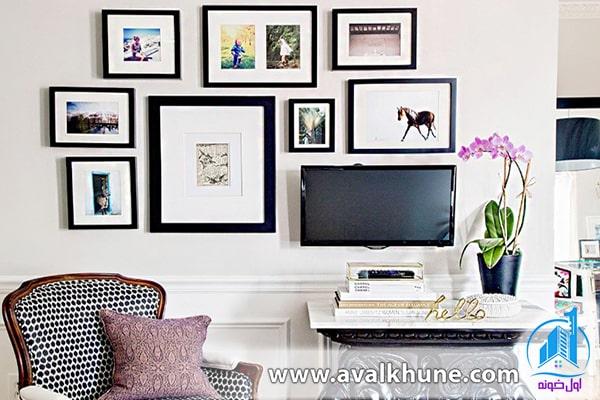 مجموعه قابهای عکس خانوادگی روی دیوار
